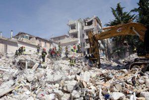 Des sauveteurs à la recherche de rescapés dans les ruines d'un bâtiment qui s'est effondré la veille lors d'un violent tremblement de terreà l''Aquila, capitale des Abruzzes